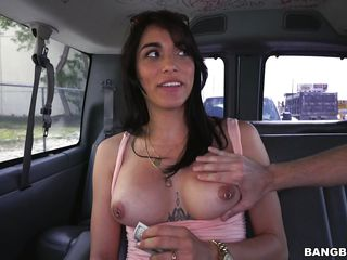 Сосет в машине за деньги