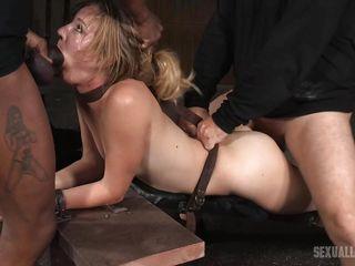 Негр трахает блондинку в анал